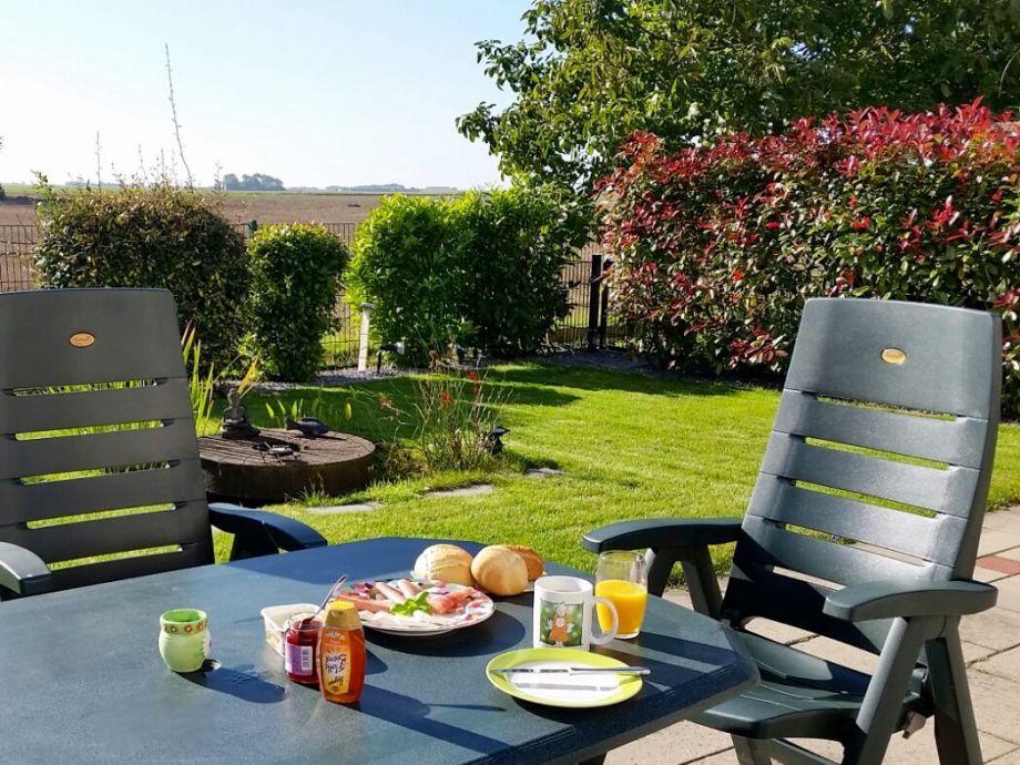 Genießen Sie ein leckeres Frühstück auf der Terrasse