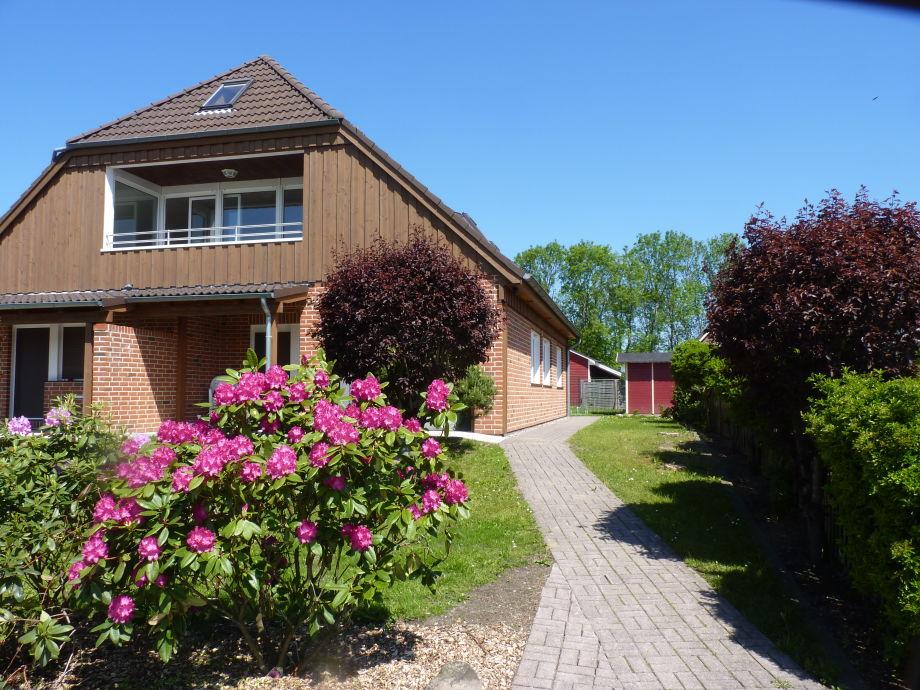 Die Wohnung mit Terrasse und Wiese liegt im EG rechts