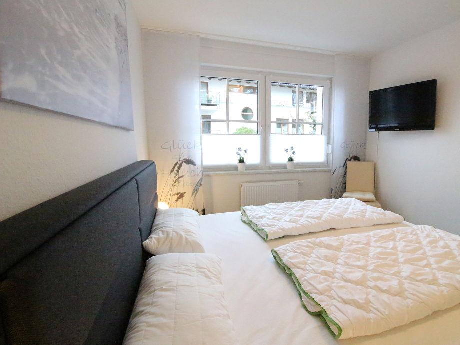 1 Schlafzimmer mit Boxspringbett und TV/Flatscreen