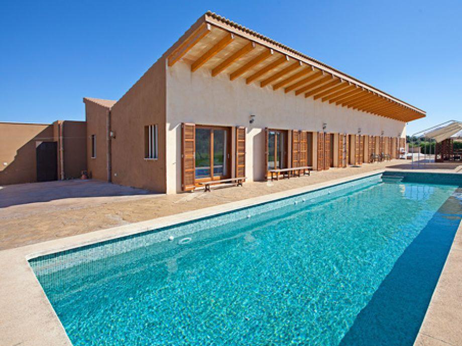 Große Terrasse mit schönem Pool
