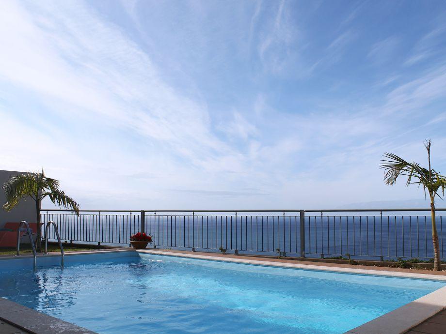 Schöner Pool mit Ausblick auf das Meer