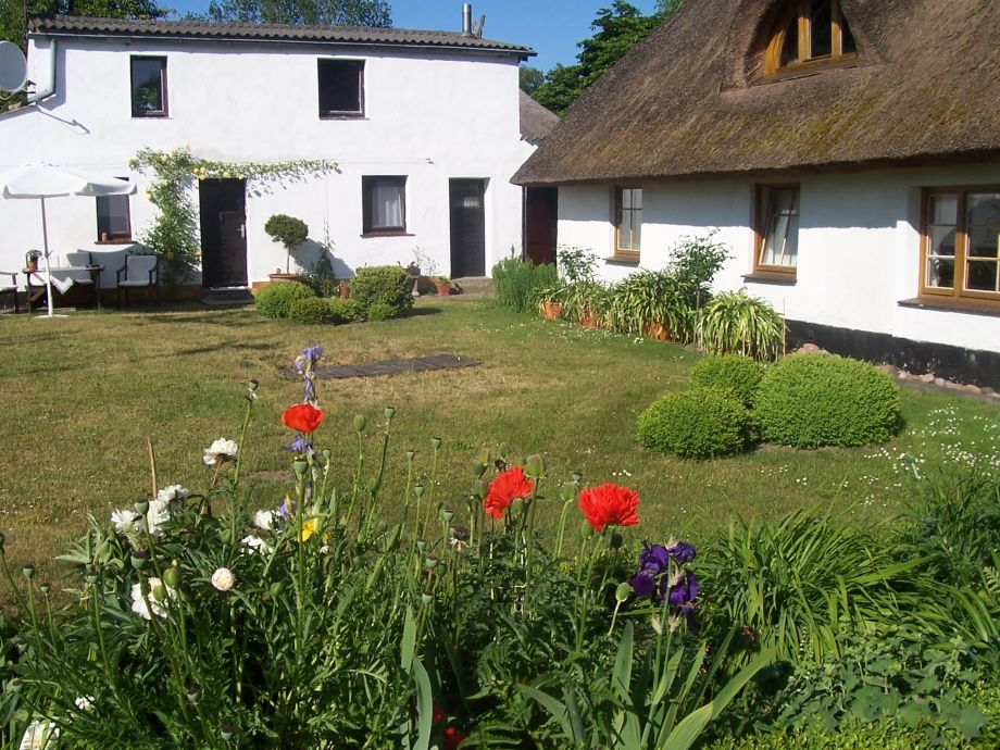 Eingang der Fewo und rechts unser Bauernhaus