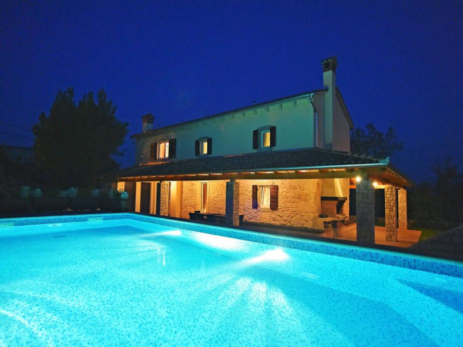 Fassade mit Schwimmbad am Abend