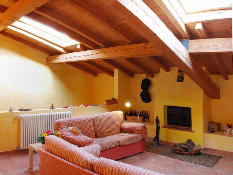 Wohnzimmer mit bequemem Sofa