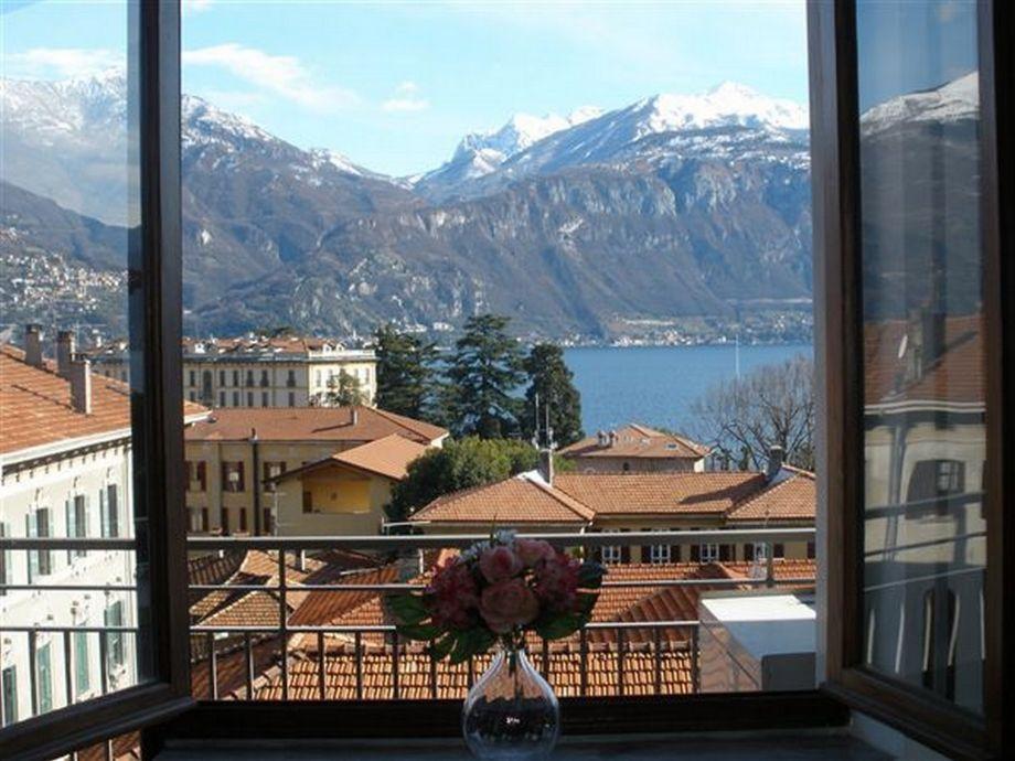 Blick von der Terrasse und vom Wohnbereich