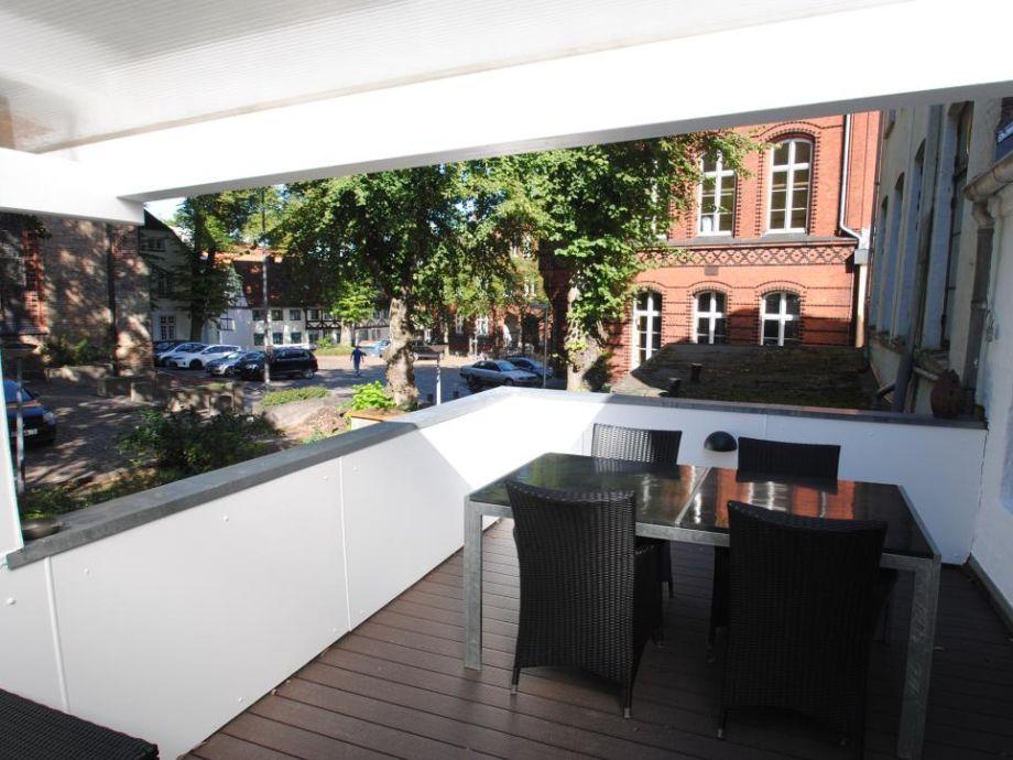 Großer Balkon mit Gartenmöbeln