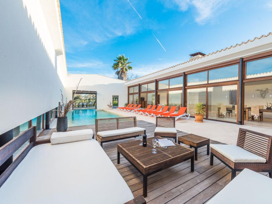 Der Pool, die Sonnenliegen & die Terrasse