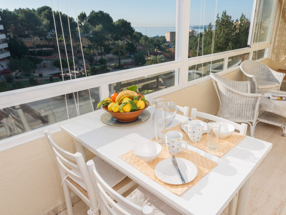 Verglaste Terrasse mit Essplatz und Aussicht