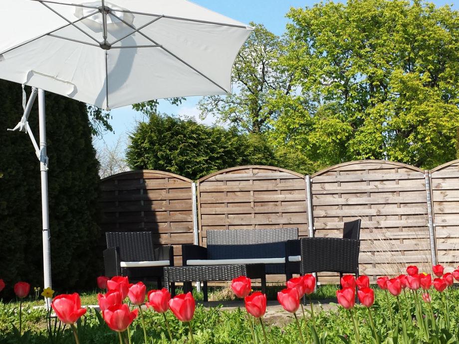 Sonnenterrasse mit bequemen Gartenmöbeln