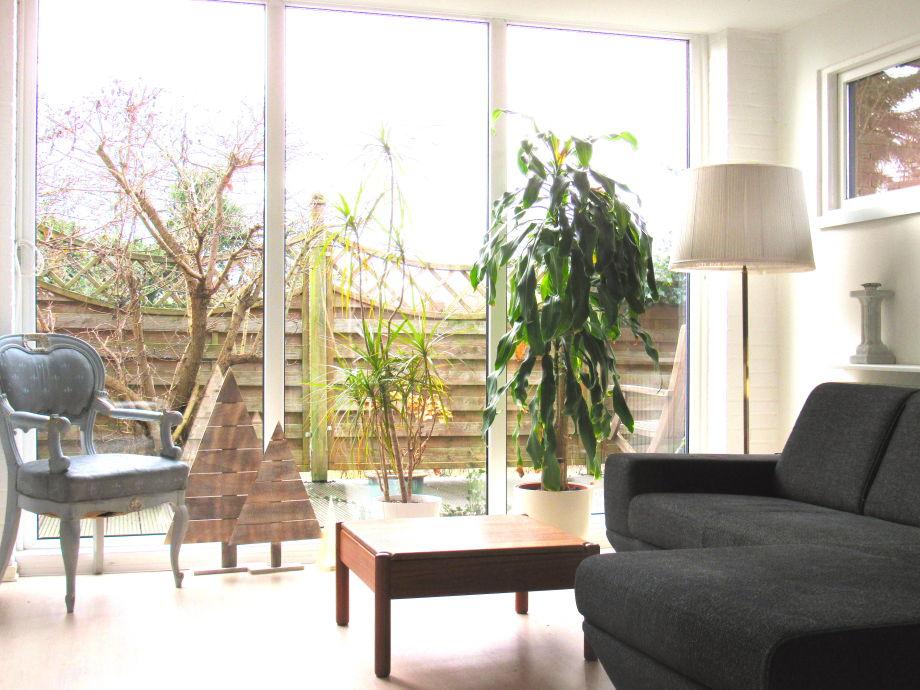 Blick vom Wohnzimmer auf die Terrasse
