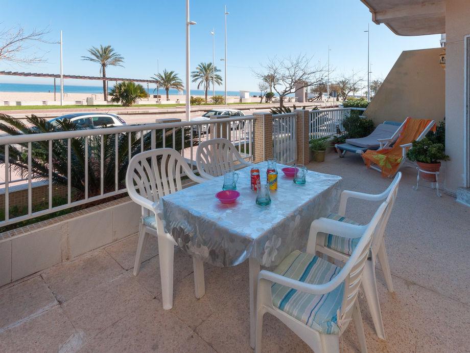 Terrasse mit Tisch und Ausblick