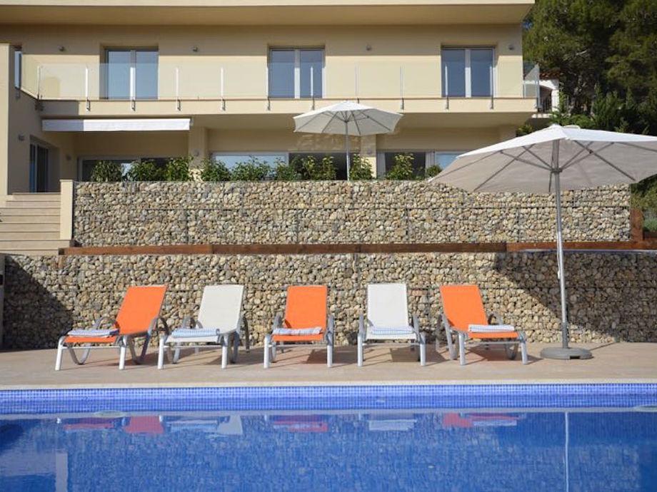 Terrasse mit Pool und Sonnenliegen