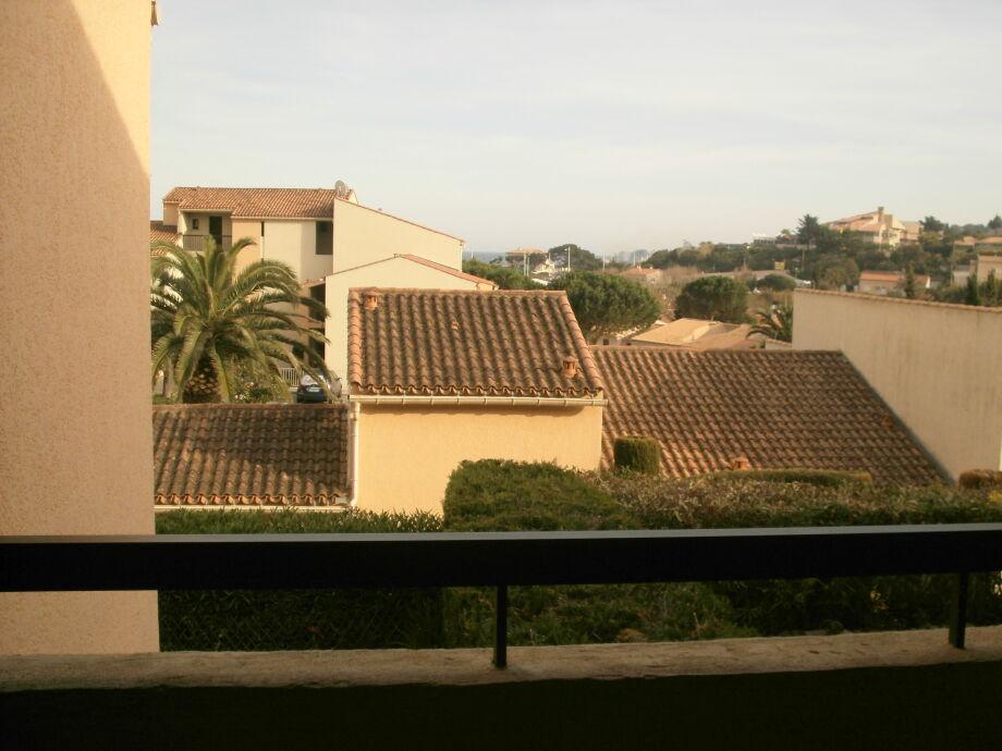 Blick vom Balkon mit ein bisschen Meer