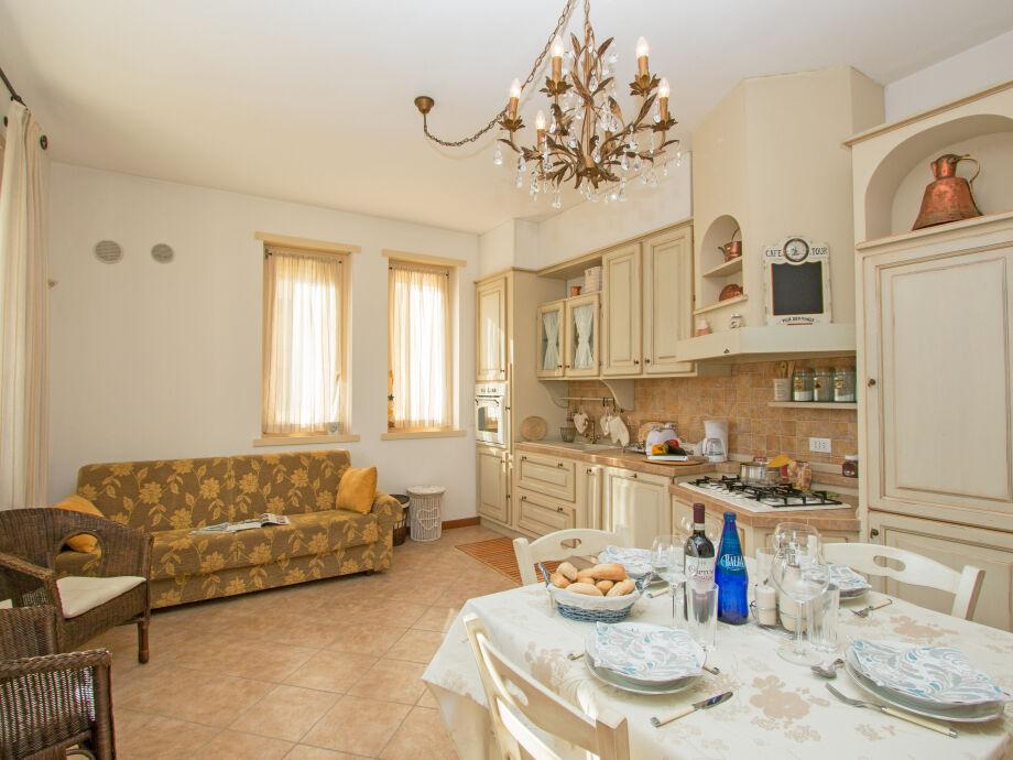 Blick in die Küche mit Esstisch