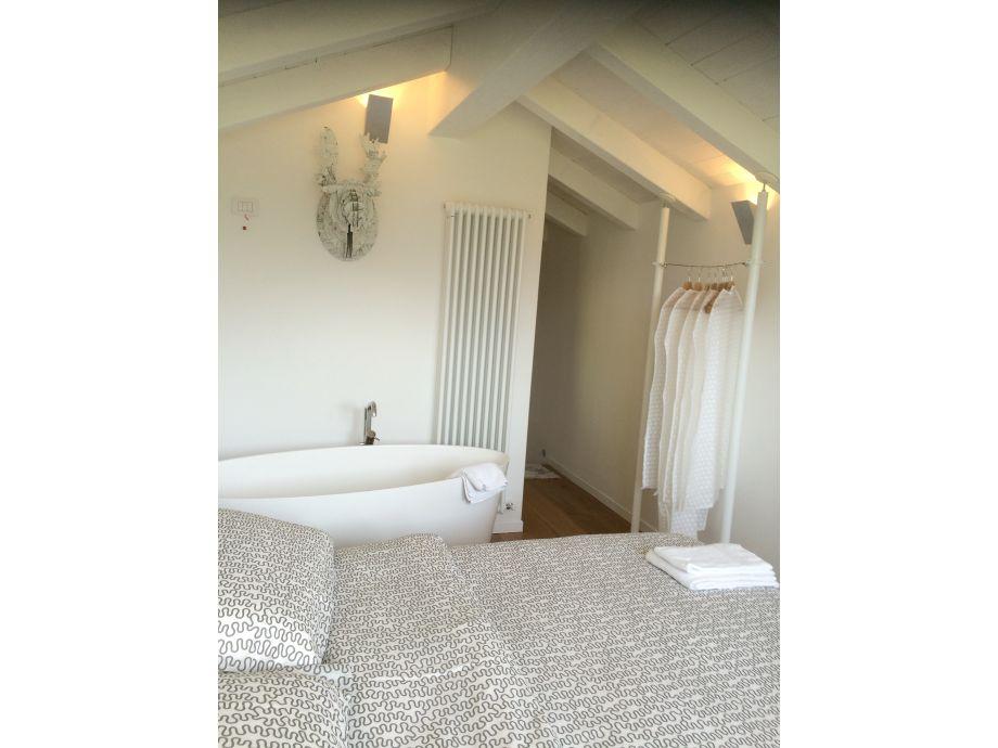 fantastisch badewanne im schlafzimmer fotos die besten wohnideen. Black Bedroom Furniture Sets. Home Design Ideas