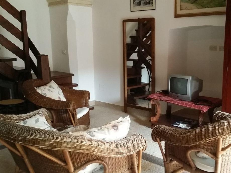 Das gemütliche Wohnzimmer mit einem TV