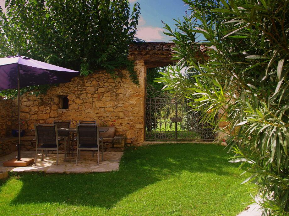 50 m² ummauerter Innenhof mit BBQ und platz für 6-8