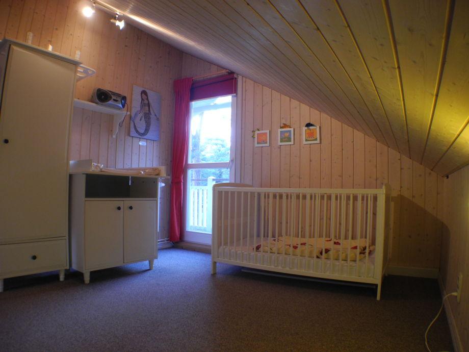 babybett mit wickelkommode moderne babybett mit wickelkommode und schubladen in wei babybett. Black Bedroom Furniture Sets. Home Design Ideas
