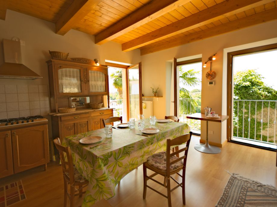 Küche mit großem Esstisch