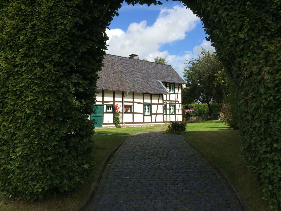 The Vennlandhof with the high hedge