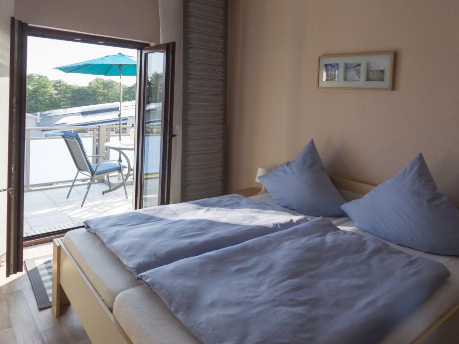 Schlafzimmer mit Balkonblick