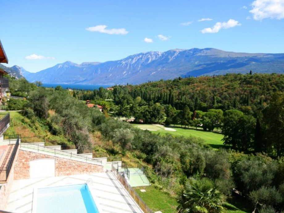 Blick auf die grüne Umgebung, See und Monte Baldo