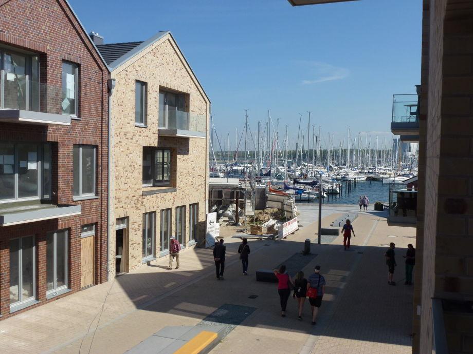 Blick vom Balkon auf den Yachthafen und die Promenade