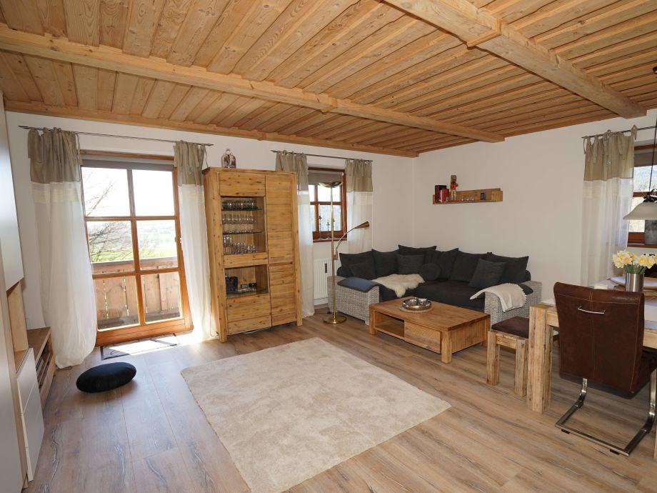Wohnzimmer mit Essecke und Schlafsofa