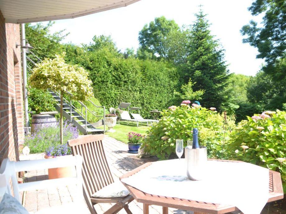 Sonnige Terrasse mit Aussicht ins Grüne