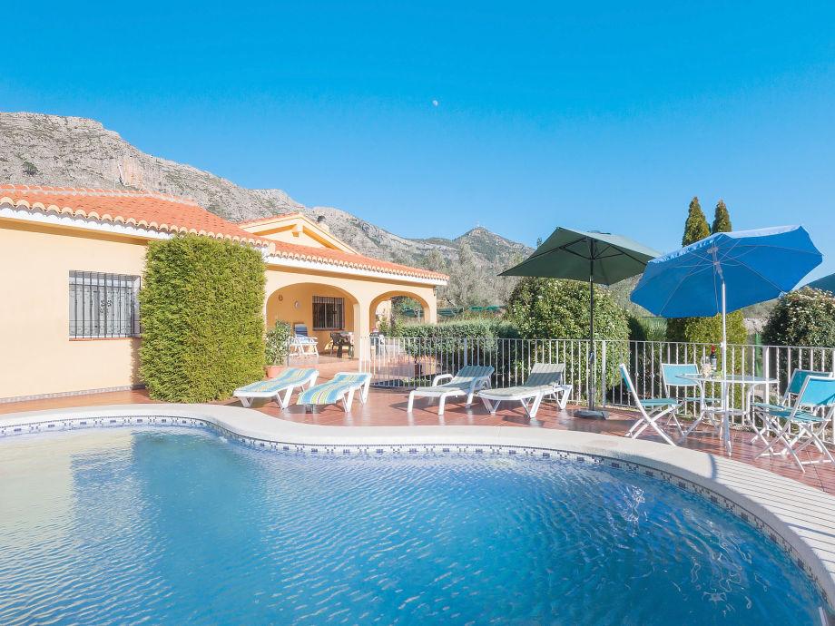 Privater Pool mit Sonnenliegen
