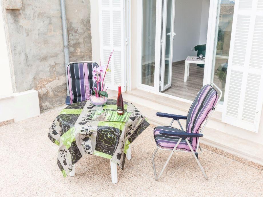 Terrasse mit einem Esstisch für 2 Personen