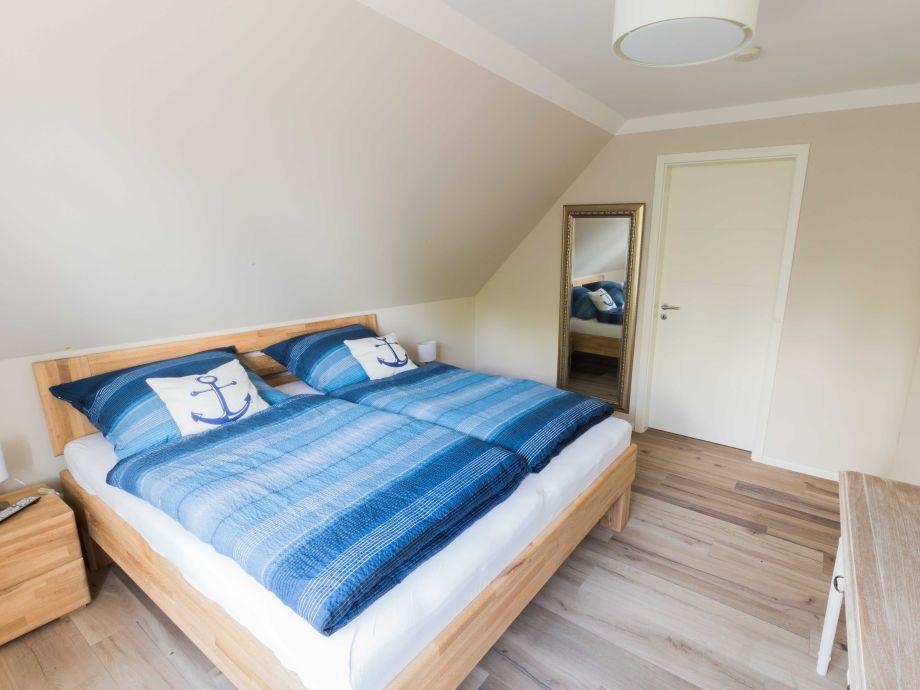Schlafzimmer 1 (mit Smart TV U0026 Ankleideraum)