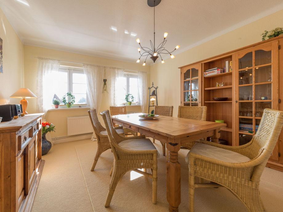 Geräumiges und helles Esszimmer mit großem Tisch