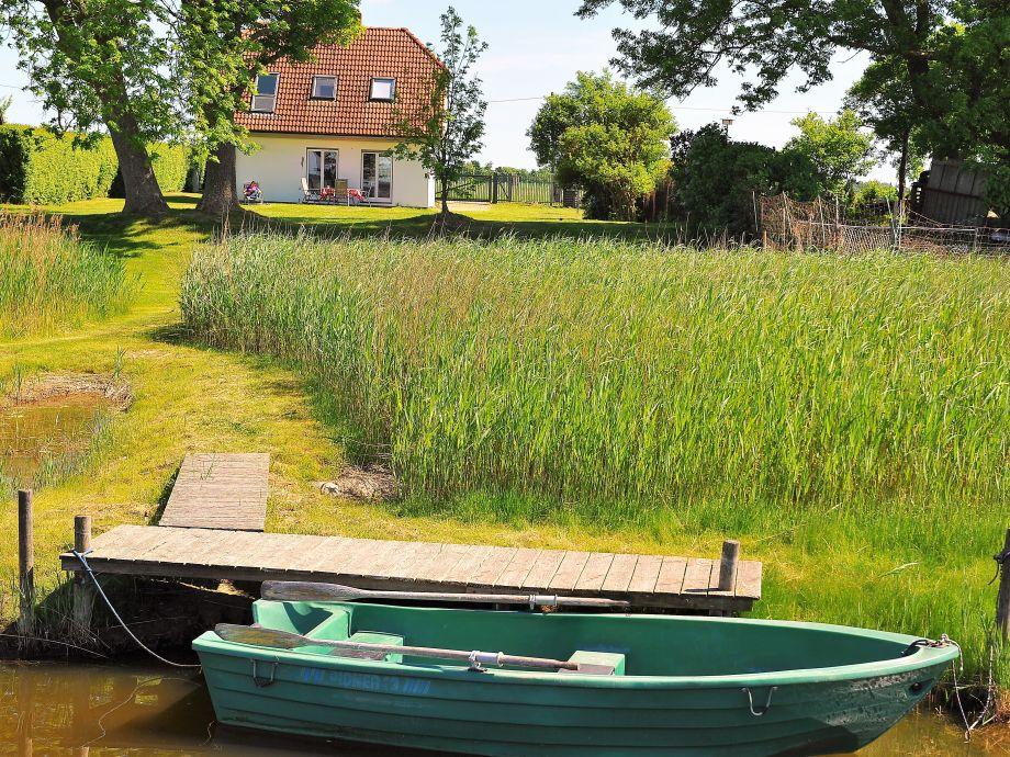 Direkt am Hausgrundstück liegt das Boot (Mai - Oktober)