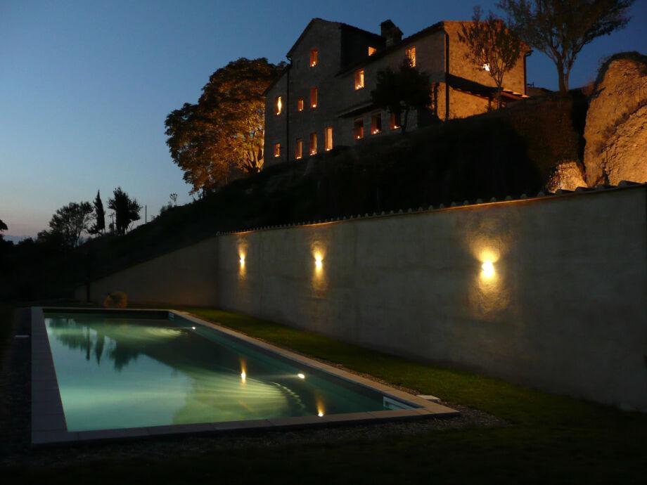 Das Anwesen bei Nacht