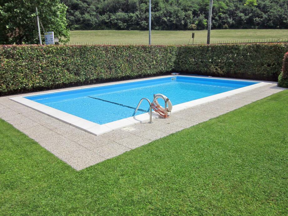 Außenaufnahme Rolly-Apartement mit Pool am Seeufer