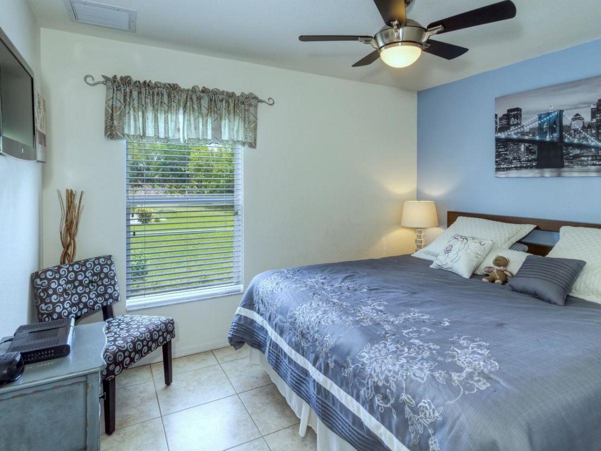 villa balance modern hochwertig florida frau. Black Bedroom Furniture Sets. Home Design Ideas