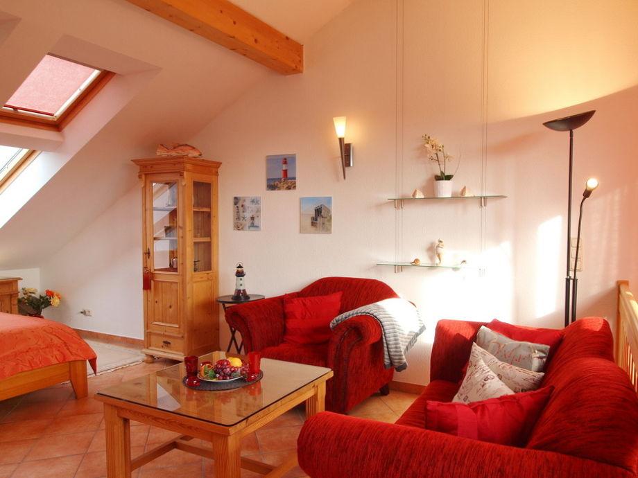 Wohnbereich mit Balkon und Flatscreen-TV im Dachgeschoss