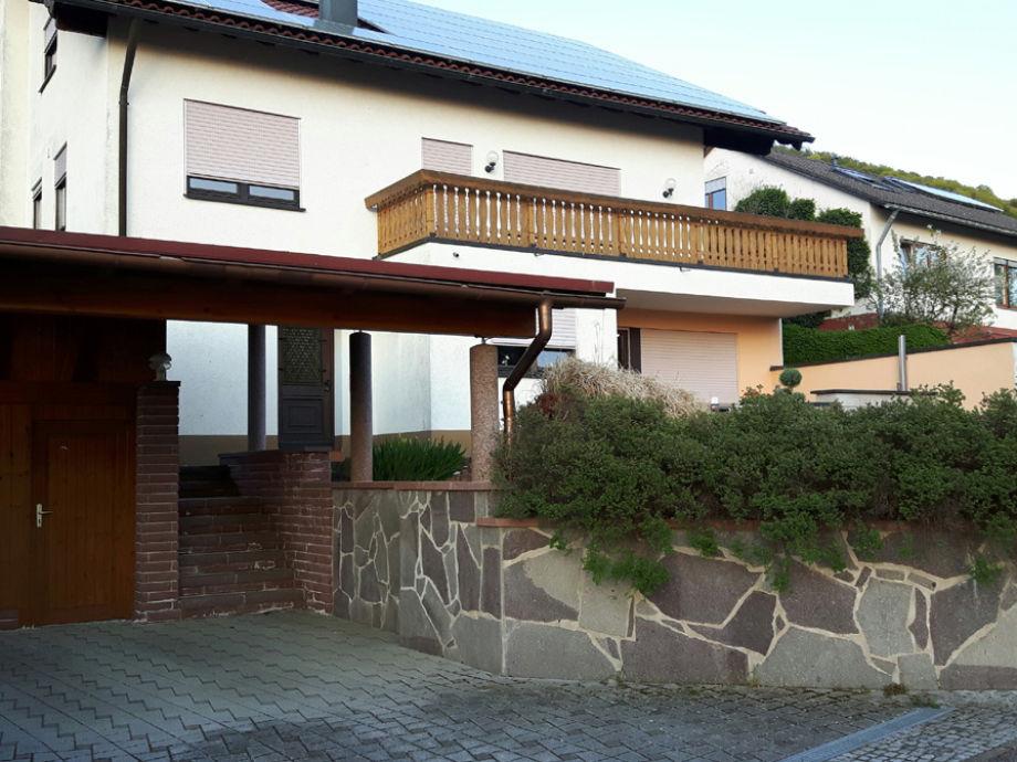 Carport und Außenansicht (Ferienwohnung im Erdgeschoss)