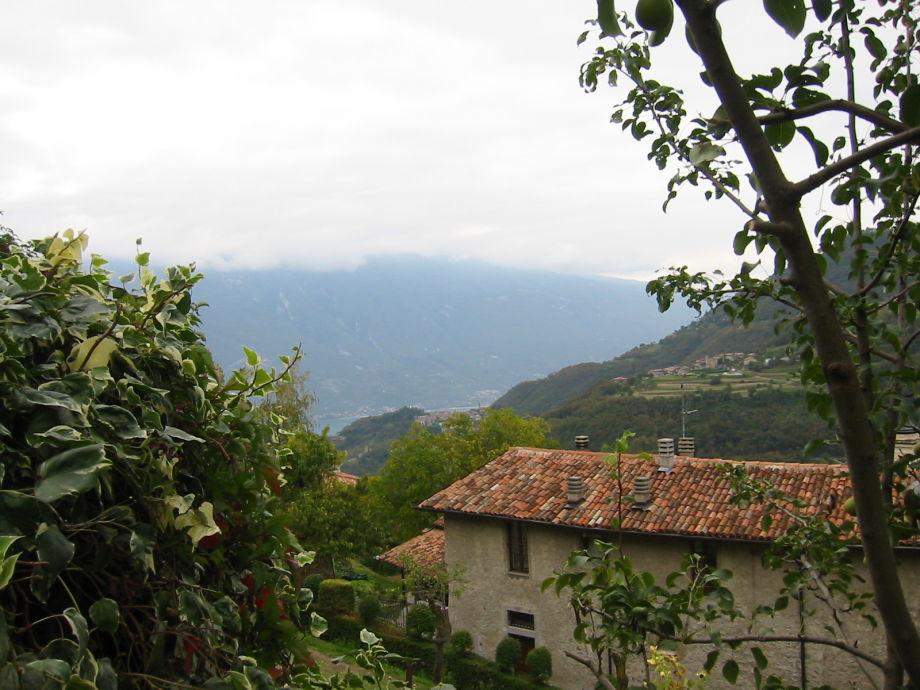 Blick vom Garten aus auf See + Monte Baldo