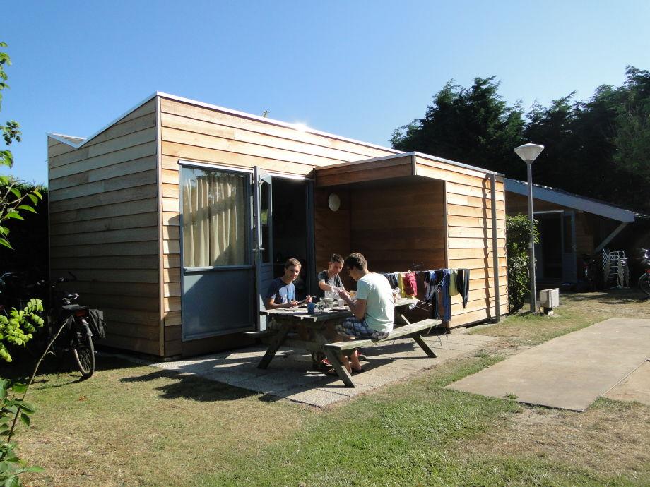 Picknickbank vor dem Bungalow Wanderhütte