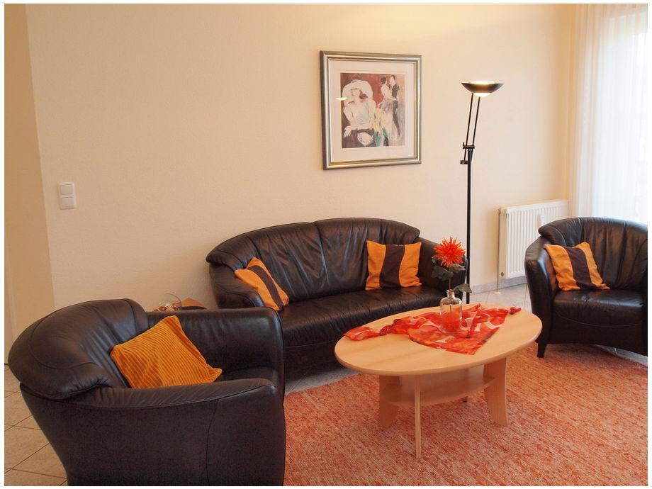 Wohnbereich mit TV und Schrankbett