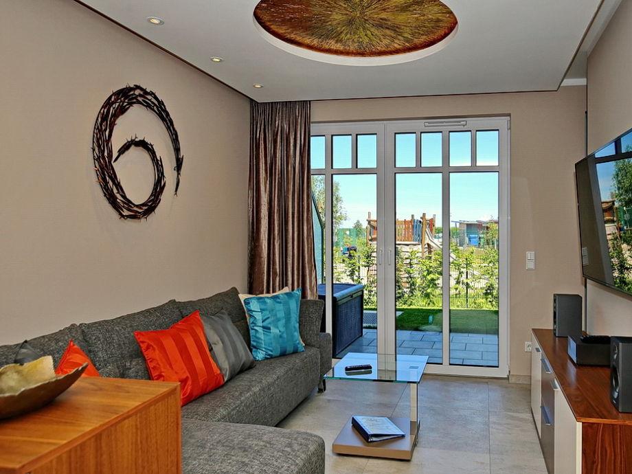 Wohnbereich mit Ecksofa, Flachbild-TV und Terrasse