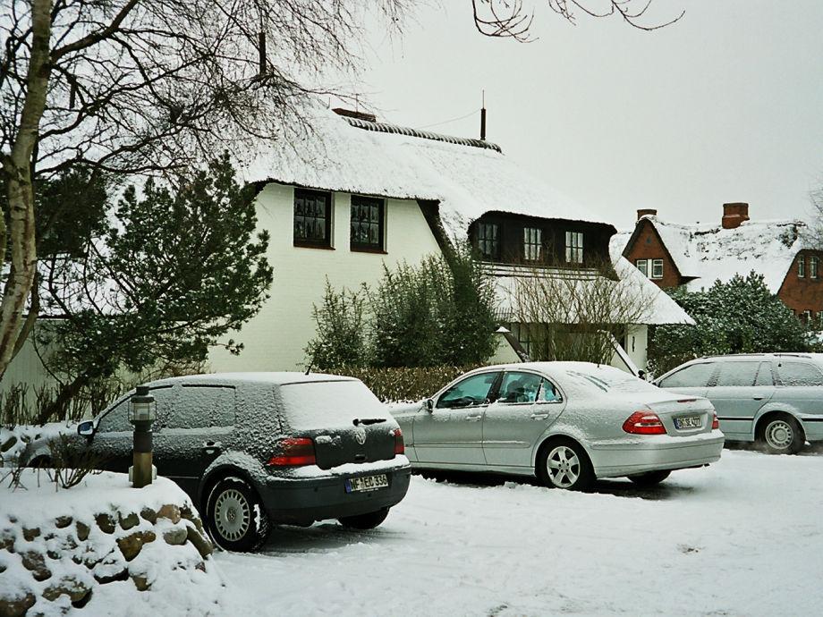 """Haus """"Benen Stinn"""" im Winter mit hauseigenem Parkplatz"""