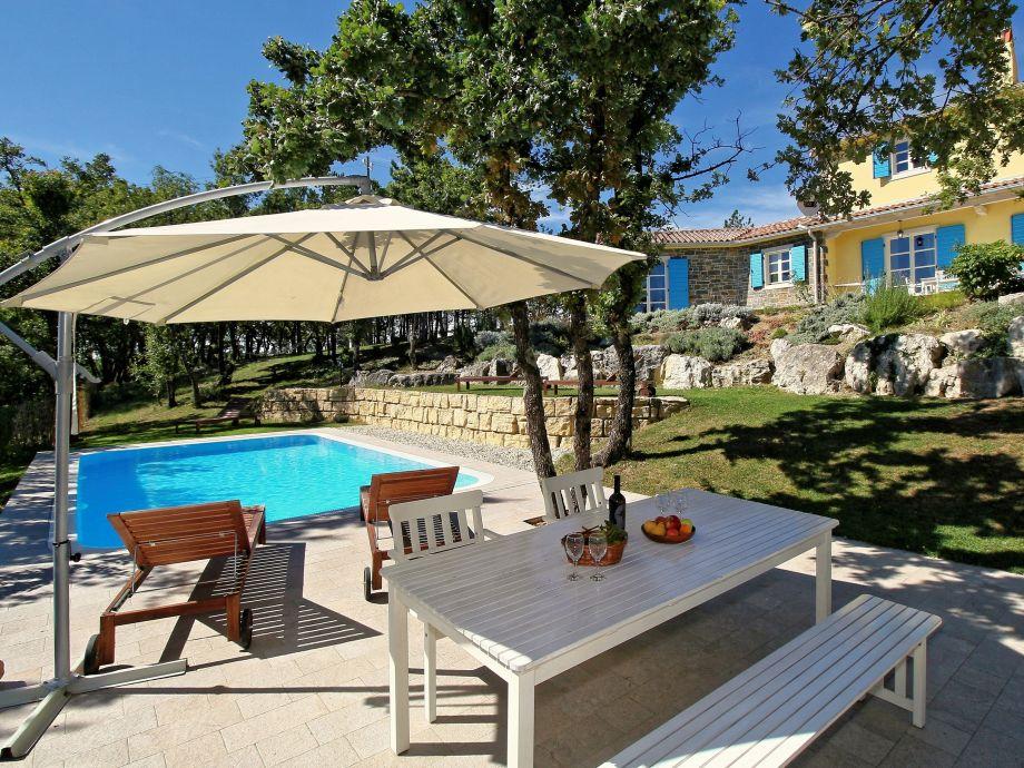 Außene Terrasse mit Schwimmbad