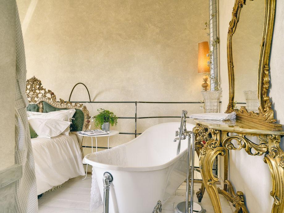 Romantisches Design Mit Einer Badewanne Im Schlafzimmer. Villa Torrecorta,  Grožnjan, Istrien   Firma Tourist Agency .