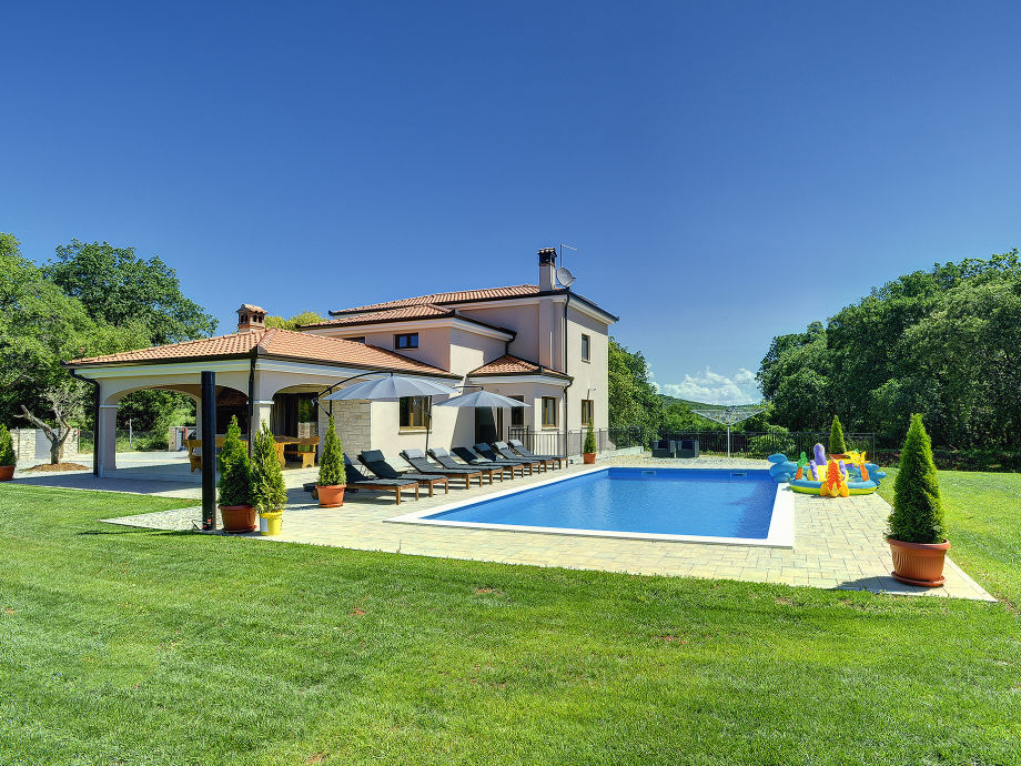 Ferienhaus mit Pool und Rasen