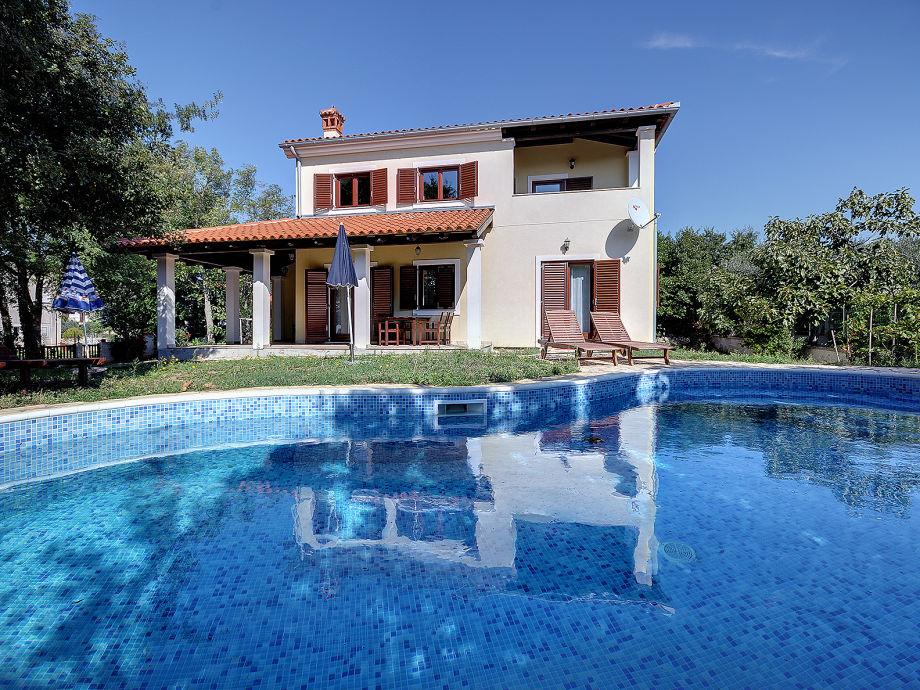 Vor dem Haus mit Pool