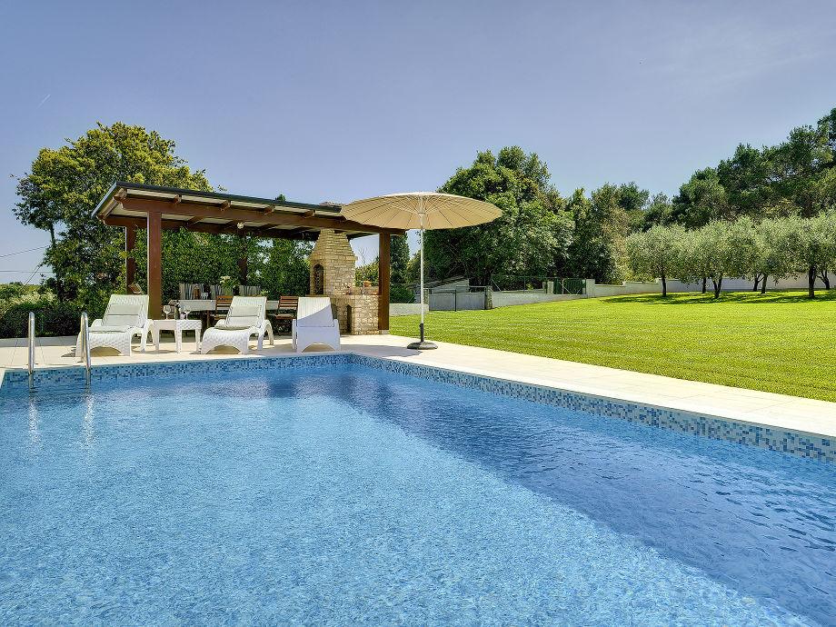 Ferienhaus mit Schwimmbad und Garten