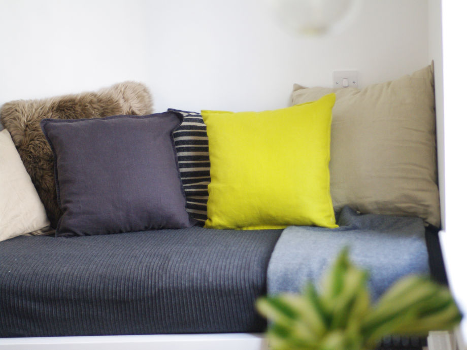 Sofa mit vielen Kissen
